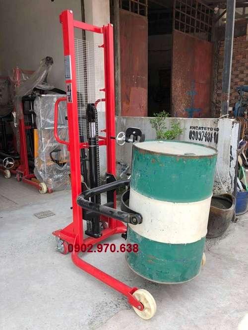 xe nâng quay đổ thùng phuy dầu