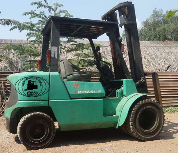Xe nâng động cơ dầu cũ 4,5 tấn