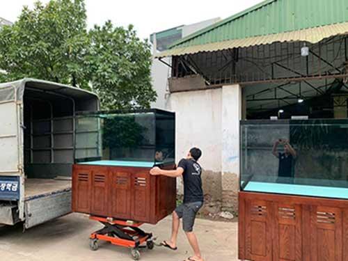 xe nâng mặt bàn vận chuyển bể cá thủy tinh