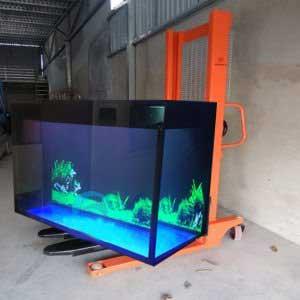 xe nâng tay cao vận chuyển bể cá thủy tinh
